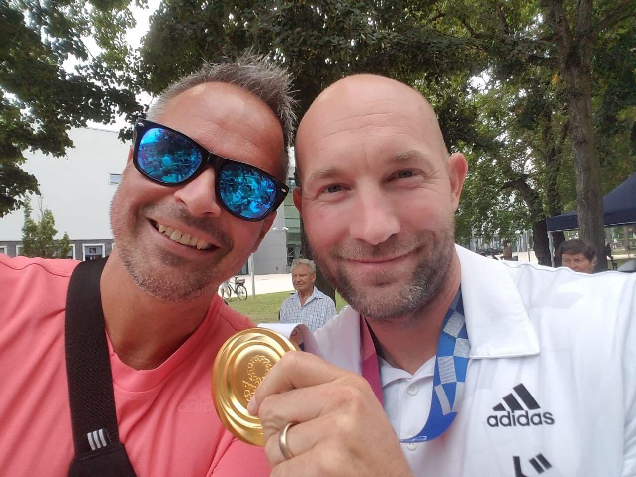 Olympiasieger Ronald Raue mit der Goldmedaille