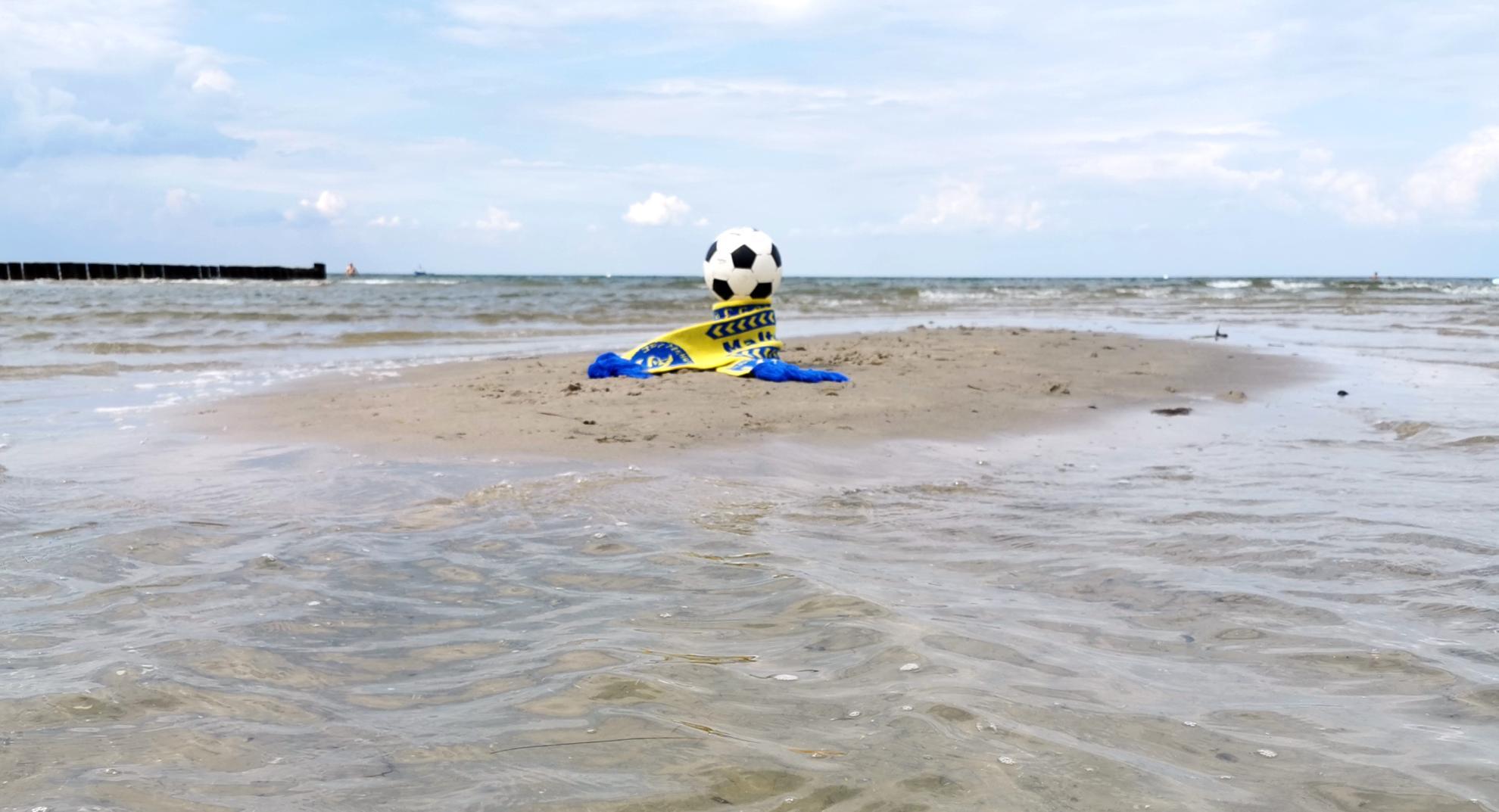 Umrandet von tosender Gischt und dem rauhen Ozean